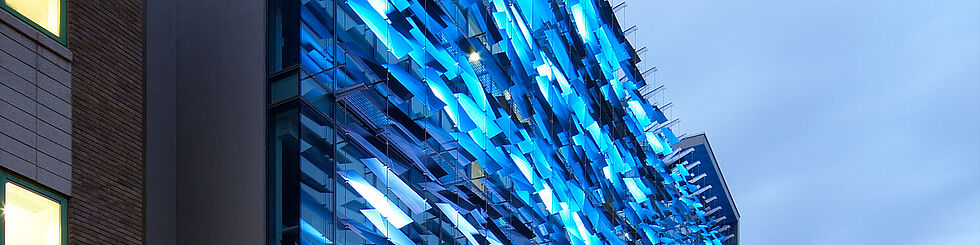 [Translate to English:] LED Fassade aufgehängte Fassadenelemente Carl Stahl Architektur