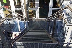 Kita St. Josef  Ludwigshafen Absturzsicherung Geländer Treppensicherung X-TEND Edelstahl-Seilnetz Blau