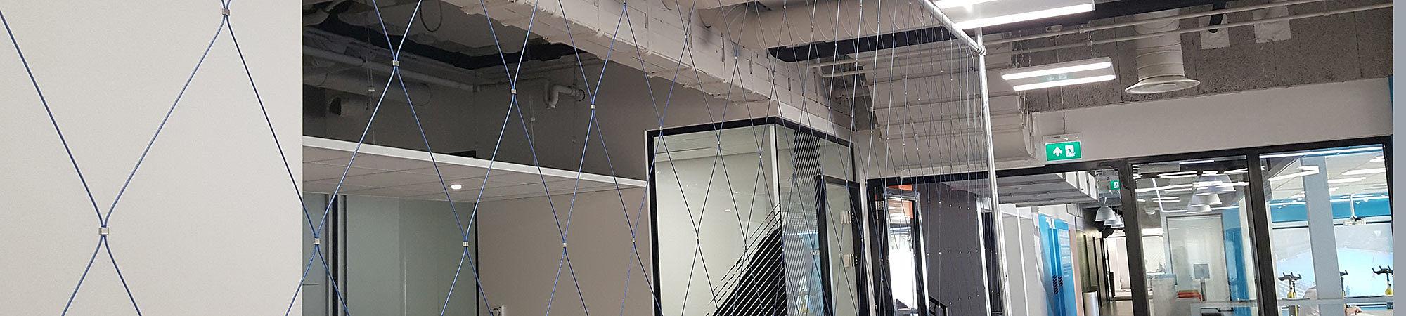 Blaues Netz Abtrennung Schutznetz X-TEND Edelstahl-Seilnetz