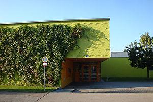 Sporthalle Fassadenbegrünung Greencable Rankhilfe